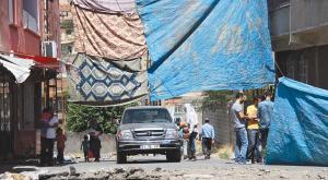 افراد نقابدار حزب كارگران كردستان يك اتومبيل را در يك ايست بازرسي متوقف كرده اند-رويتر