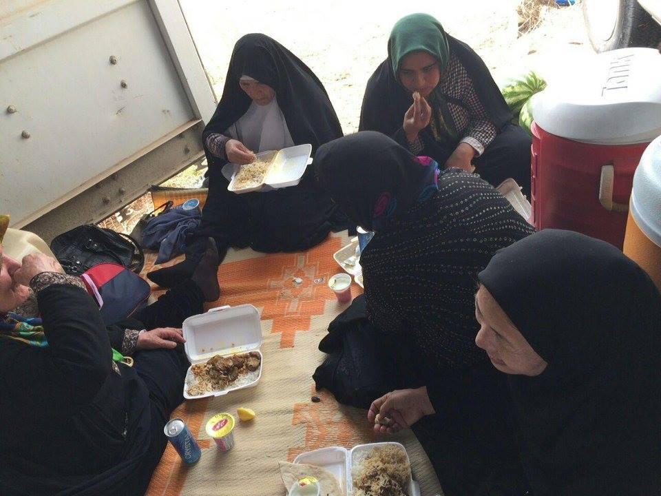 مزدوران اطلاعات تحت عنوان خانواده در حال صرف غذاي اهدايي وزارت بدنام