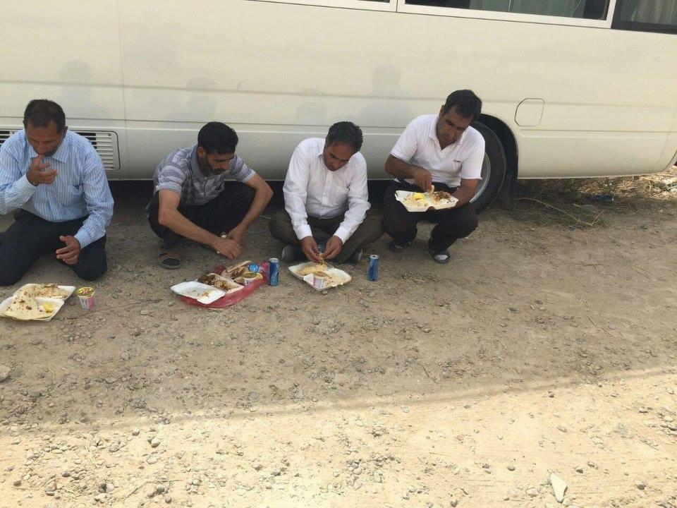 چند مزدور ديگر پاي بنگال اهدايي وزارت در حال صرف غذاي ا داده شده توسط رژيم پشت در ليبرتي