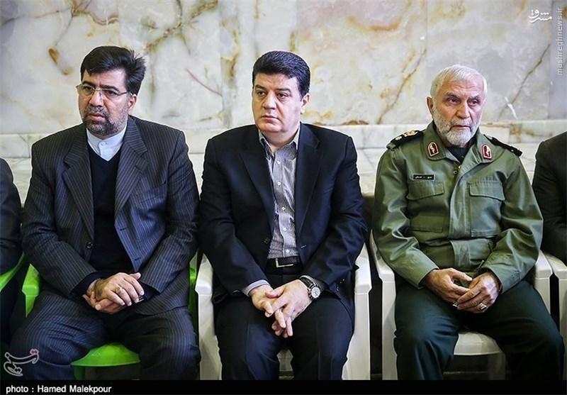 سرتيبپ جنايتكار حسين همداني (راست) در كنار عكسي با ديپلمات تروريست مفقود رژيم در عربستان (چپ) غضنفر ركن آبادي